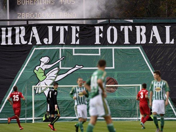 Fotbalisté Bohemians 1905 (vzeleném) proti Brnu.