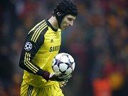 Brankář Chelsea Petr Čech nestačil proti Fenerbahce na jednu střelu.