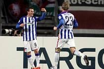 Vladimír Darida (vpravo) z Herthy Berlín se raduje z gólu proti Norimberku.