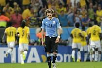 Zklamaný Diego Forlán z Uruguaye po gólu Kolumbie.