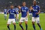 Fotbalisté Schalke se radují z gólu proti Spartě.