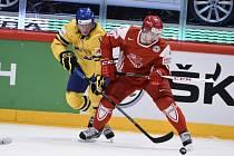 Simon Hjalmarsson ze Švédska (vlevo) se snaží vypíchnout puk Madsu Boedkerovi z Dánska.