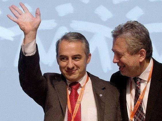 Novým předsedou Českomoravské konfederace odborových svazů se stal Josef Středula (vlevo).