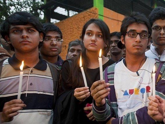 V Indii pohřbili znásilněnou mladou studentku, která v sobotu po dvou týdnech boje o život svým zraněním podlehla.