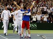 Radek Štěpánek v euforii, pro český tým získal ve finále Davis Cupu proti Srbsku vítězný bod.