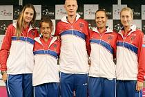 Český fedcupový tým pro semifinále proti Švýcarsku (zleva): Karolína Plíšková, Barbora Strýcová, kapitán Petr Pála, Lucie Hradecká a Denisa Allertová.