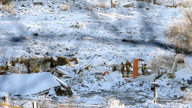 Záchranáři pracují v norské vesnici Ask, kterou zasáhl mohutný sesuv půdy.