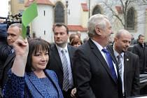 Prezidenta přivítaly asi tři desítky pískajících demonstrantů se symbolickými červenými kartami. Ozývaly se však i výkřiky na Zemanovu podporu. První dáma Ivana Zemanová si přinesla zelenou kartu.