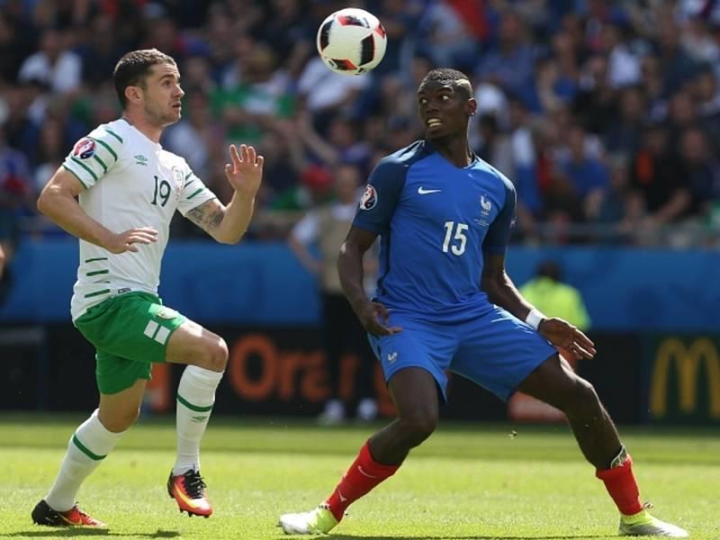 Robbie Brady z Irska (vlevo) a Paul Pogba z Francie.