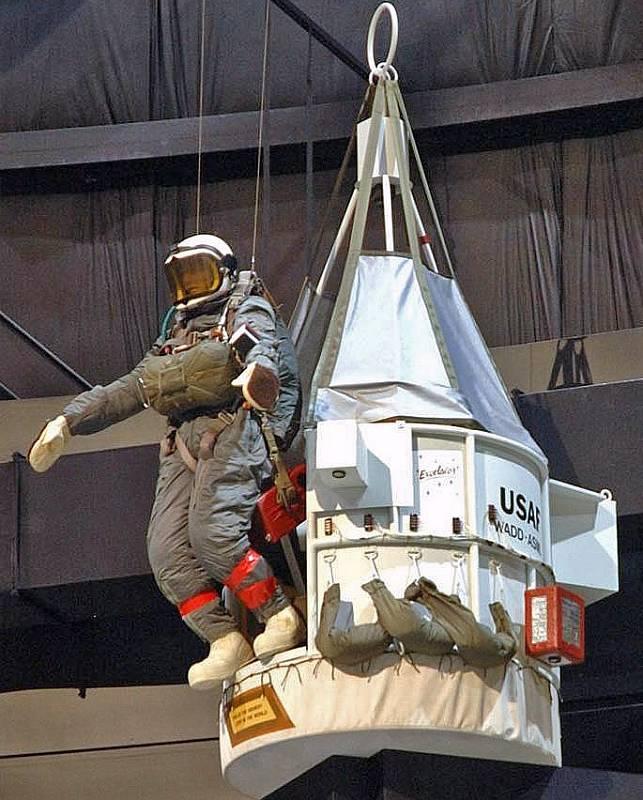 Replika gondoly Excelsior III., z níž se Kittinger odrazil, a figurína napodobující tuto situaci. Exponát Národního muzea amerického armádního letectva