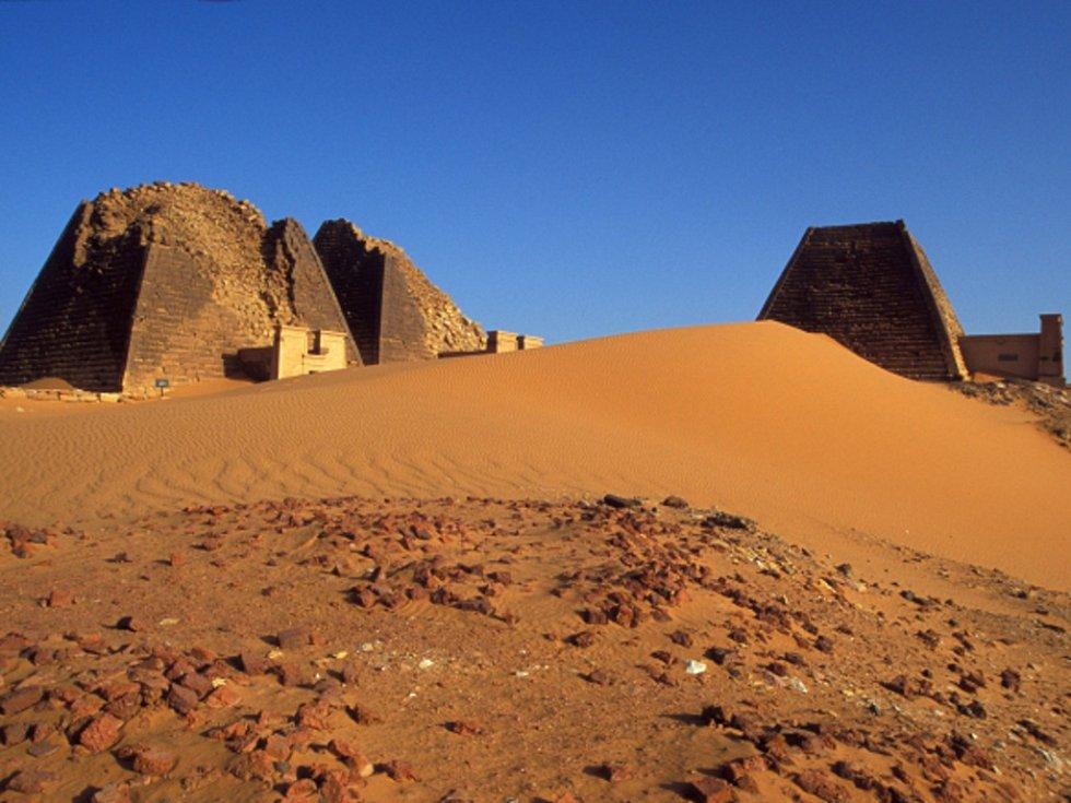 Pyramidy v Maroë.