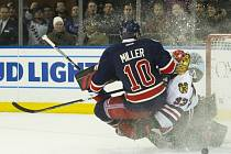 J.T. MILLER (New York Rangers) při srážce s gómanem SCOTTEM DARLINGEM (Chicago Blackhawks).