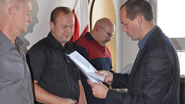 Slavnostní okamžiky zažila v pondělí 7. listopadu 2011 zasedačka karlovarského magistrátu. Po dlouhých letech tam zasedli bezplatní dárci krve, aby od zástupců města, Českého červeného kříže a transfúzní stanice převzali zlaté a stříbrné Janského medaile.