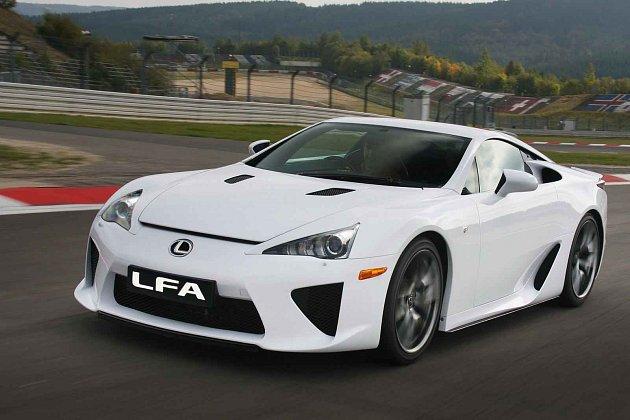 Lexus LFA si v lecčem nezadá se závodními speciály.