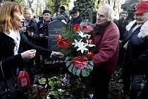 Společnost Franze Kafky pořádala 1. března v Praze na Novém židovském hřbitově setkání přátel a příznivců zemřelého spisovatele Arnošta Lustiga u rodinného hrobu.