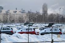 Škoda Auto Mladá Boleslav kvůli sněhu nemůže expedovat auta do určených lokalit. Jsou osazena letními pneumatikami a těžko se nakládají na vagóny vlaků. To logistiku zdržuje.