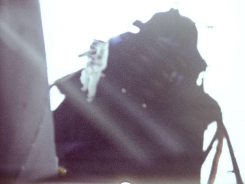 Astronaut Neil Armstrong vystupuje na měsíční povrch