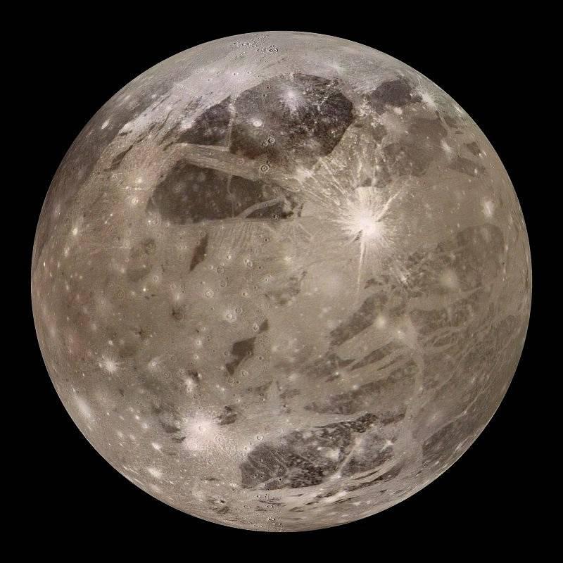 Měsíc Jupiteru Ganymedes je největším měsícem ve sluneční soustavě. Vědci předpokládají, že se na něm nachází více vody, než ve všech oceánech na Zemi. Nyní získali první důkazy o vodní páře v atmosféře tohoto měsíce.