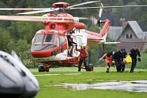 Polští záchranáři v Tatrách přenášejí jednoho ze zraněných po zásahu bleskem