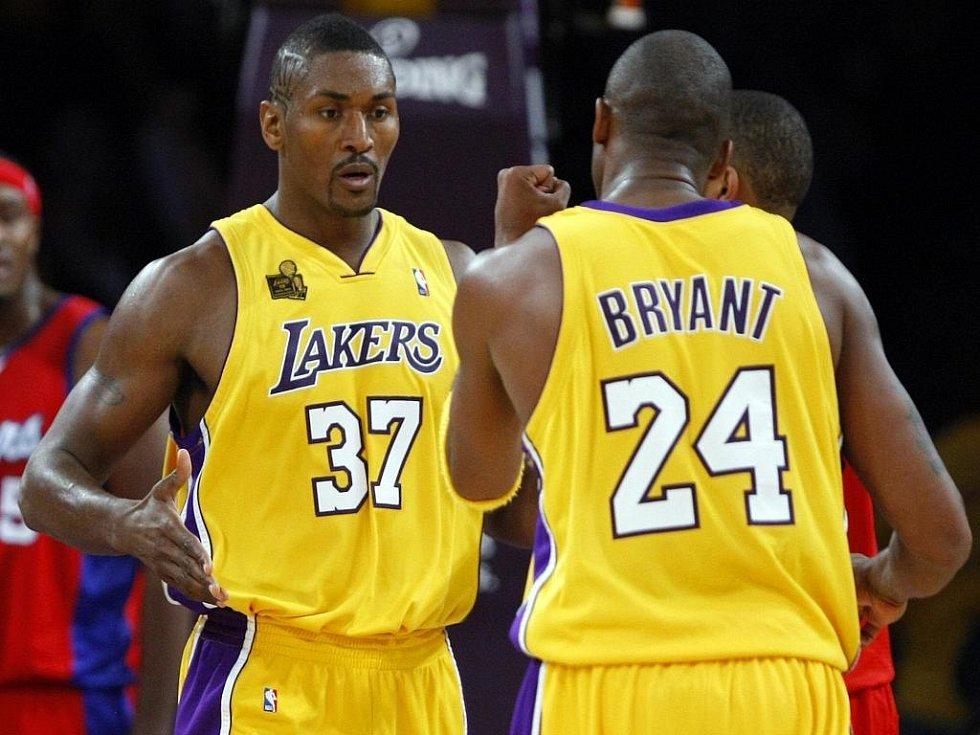 Kobe Bryant (vpravo) se raduje se svým spoluhráčem Ronem Artestem.