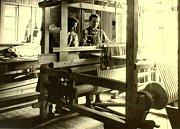 Tkalcovna v koncentračním táboře, ve které vězeňkyně vyráběly pruhovanou látku na vězeňské oblečení