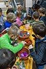 Děti si vyrábějí vlastní dekorace.