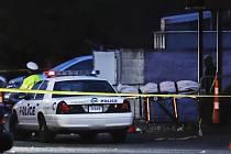 Policie před nočním klubem v Cincinnati.