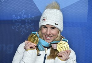 Dvojnásobná olympijská vítězka. Ester Ledecká a její dvě zlaté medaile z Pchjongčchangu.