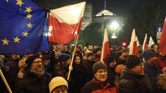 Protest před budovu Sejmu (dolní parlamentní komory) byl původně svolán k návrhu vládní strany Právo a spravedlnost (PiS) omezit novinářům vstup do parlamentní budovy.