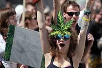 Pochod nejméně pěti tisícovek lidí na podporu legalizace konopí vyšel v sobotu 7.května po poledni z Karlova náměstí.