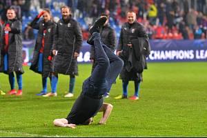 Trenér Pavel Vrba a jeho kotoul po zápase Plzně proti AS Řím.