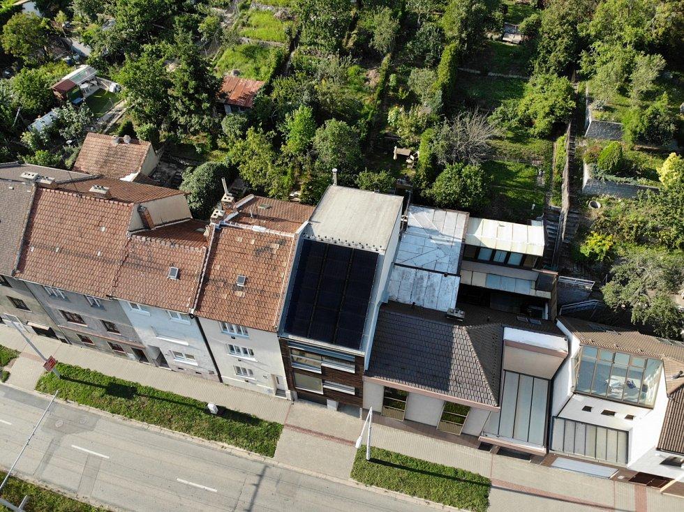 Přidáte-li k pasivnímu základu fotovoltaiku, můžete jej posunout až na plusový dům. Na snímku je realizace Vize Ateliéru