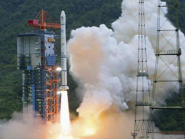 Raketa nesoucí lunární sondu Chang´e-1 startuje z kosmodromu na jihovýchodě čínské provincie Sečuán.