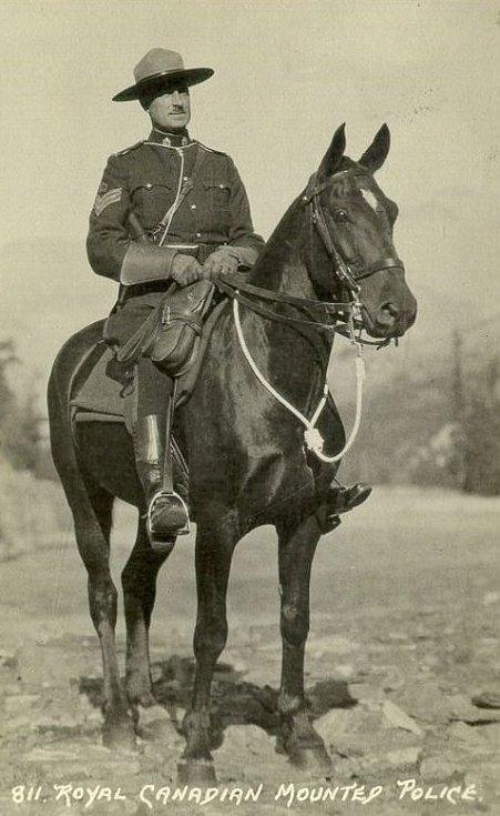 Ikonická postava příslušníka královské kanadské jízdní policie v tradiční uniformě a na koni. Kanadská jízdní policie ale měla také auta