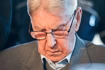 Bývalý dozorce z nacistického vyhlazovacího tábora v Osvětimi Reinhold Hanning se dnes u soudu v německém Detmoldu omluvil, že nečinně přihlížel páchání bezpráví.
