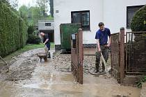 Obyvatelé Šilheřovic na Opavsku odstraňovali 13. května 2021 bahno ze svých zahrádek.