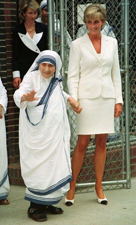 Svůj život zasvětila princezna Diana charitativní činnosti. Několikrát se setkala i s Matkou Terezou. Nešlo pouze o pracovní setkání, mezi oběma vzniklo nevšední přátelství.