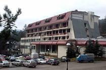 """Hotel Vilina Vlas smutně """"proslul"""" během srbsko-bosenské občanské války jako zadržovací tábor, v němž srbští vojáci denně znásilňovaly stovky zajatých bosenských žen. Na internetu běží petice, která žádá o vyřazení tohoto hotelu z turistických nabídek"""