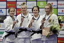 Renata Zachová (druhá zprava) na stupních vítězů série Grand Prix