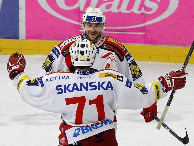Petr Kadlec vstřelil třetí gól Slavie, společně s ním se raduje Jiří Doležal.