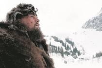 SÁM. Glass (Leonardo DiCaprio) uprostřed divočiny.
