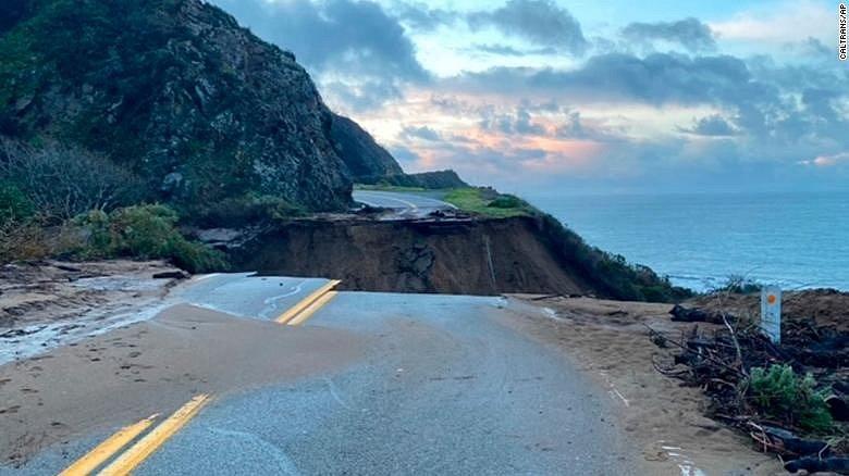 Severojižní státní dálnice Highway 1 vede podél většiny tichomořského pobřeží amerického státu Kalifornie