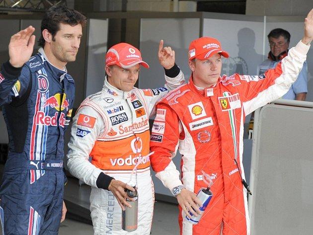 Trio nejúspěšnějších z kvalifikace na VC Británie: zleva druhý Mark Webber, první Heikki Kovalainen a třetí Kimi Räikkönen.