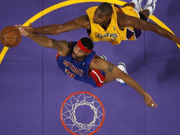 Detroitský Rasheed Wallace (v modrém) a Andrew Bynum z LA Lakers bojují o odražený míč.