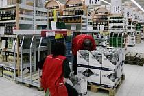 Po nařízení ministra začali v obchodech vyklízet police s alkoholem