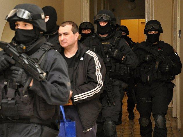 Jevgenij Dogajev přichází k soudu.