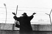 Postavení Berlínské zdi rozdělilo v několika málo hodinách životy tisíců rodin. Fotograf Dan Budnik zachytil v roce 1961 v západním sektoru ženu, která se u zdi snaží upoutat na sebe pozornost svých příbuzných, co zůstali na východní straně