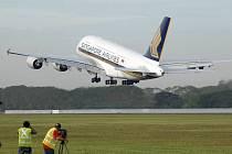 Airbus A380 absolvoval první komerční let.