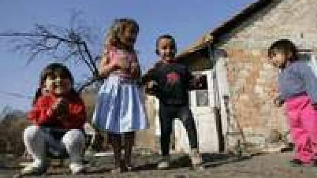 """Romské děti před """"brlohem"""" v Bělehradě."""