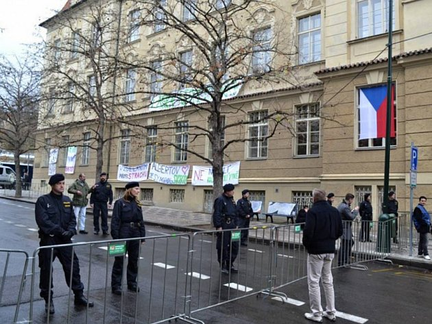 Přístup k pamětní desce policisté zahradili zábranami.